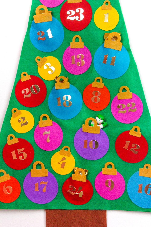manualidades para hacer en casa, fotos de calendarios adviento originales de materiales reciclados, árbol navideño de fieltro