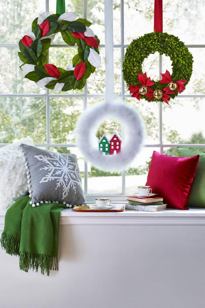 decoracion navideña con guirnaldas, como hacer una corona de navidad festiva, ideas para decorar la casa en diciembre