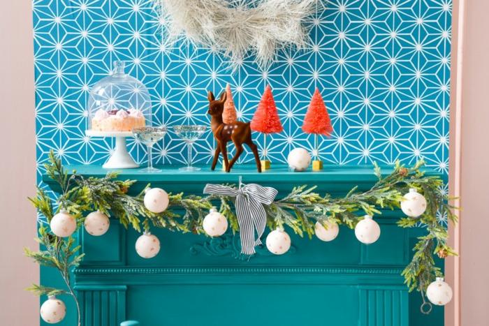 bonitas ideas de decoracion navideña DIY, chimenea de leña adornada con preciosa guirnalda verde con bolas pintadas a mano
