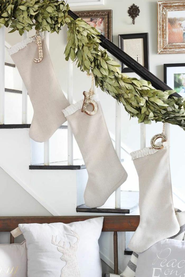 decoracion navideña para puertas y escaleras, bonita guirnalda DIY con hojas de eucalipto verdes y botines en beige