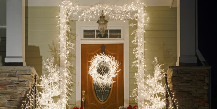 fantásticas ideas de decoración navideña con bombillas, las mejores puertas decoradas navideñas en bonitas fotos