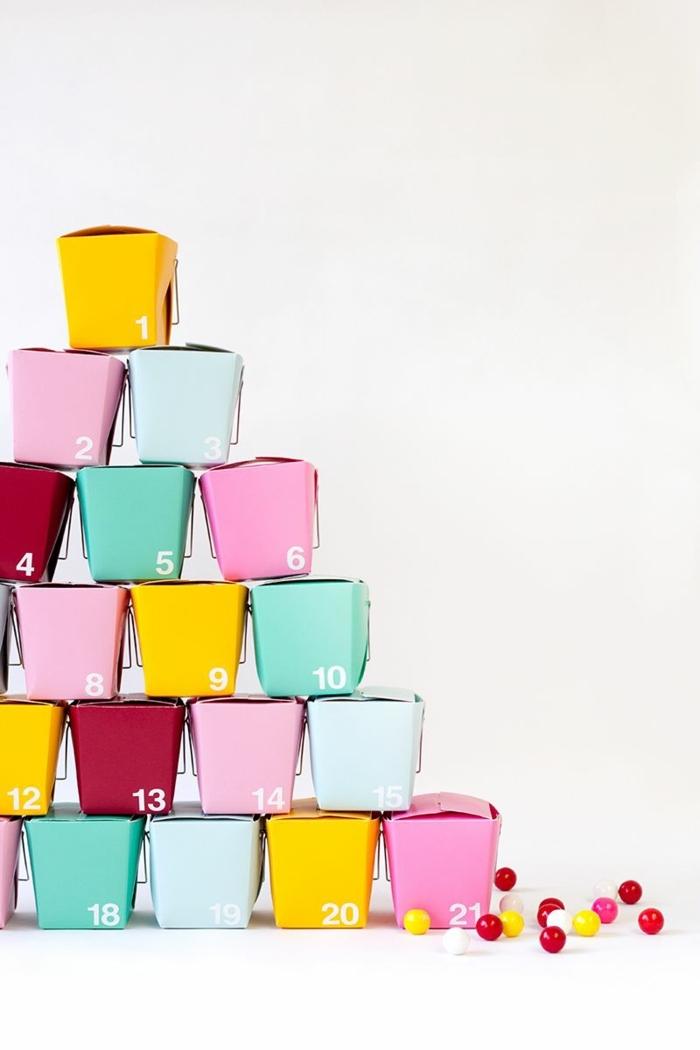 calendario de adviento casero con cajas de cartón en colores vibrantes, las propuestas más fáciles de adornos navideños