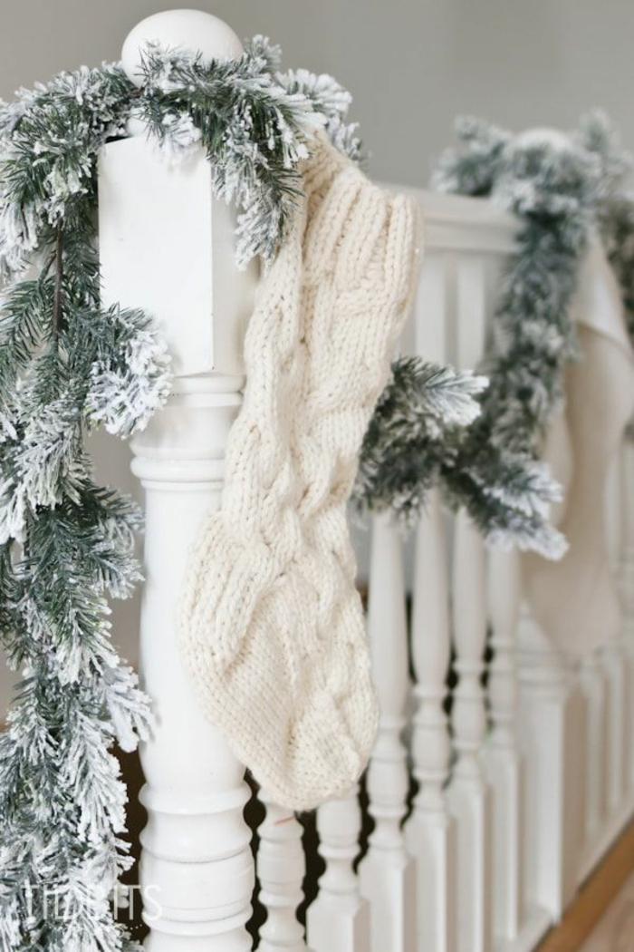 las ideas más ingeniosas sobre como decorar la casa en navidad, decoracion navideña para puertas y escaleras, guirnaldas efecto nevado