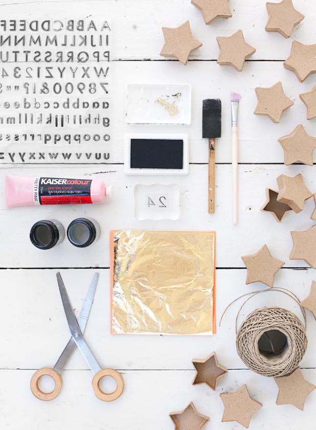 materiales necesarios para hacer un calendario de adviento para niños y adultos, pan de oro, cajas de papel maché en forma de estrellas