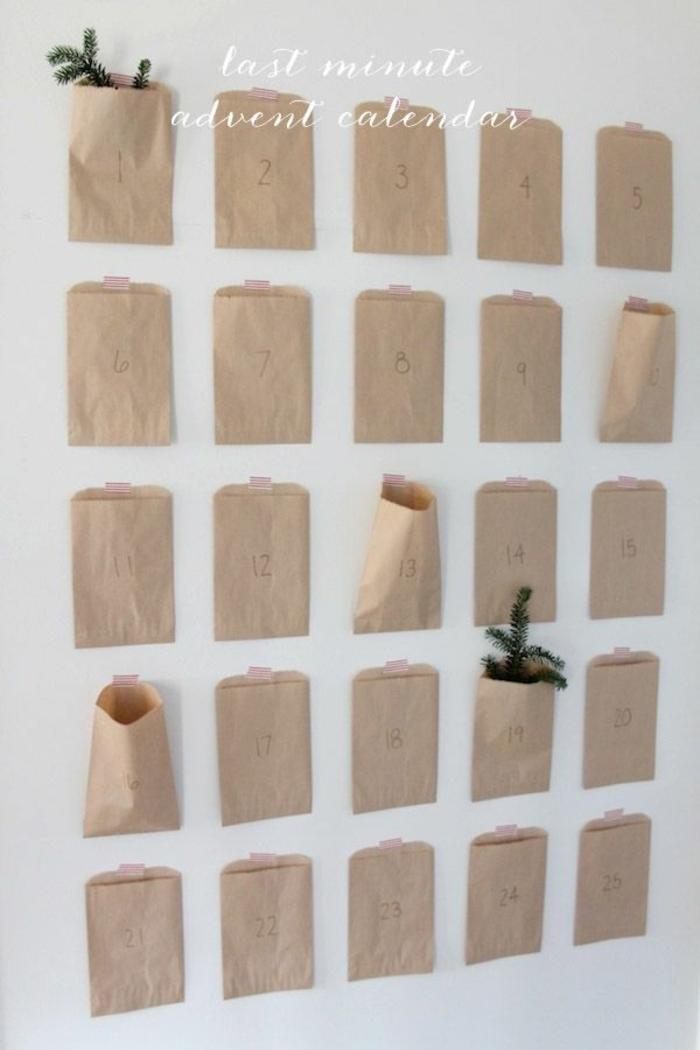 bolsas de papel recicladas pegadas a la pared con cinta adhesiva, ideas para hacer decoración para Navidad paso a paso