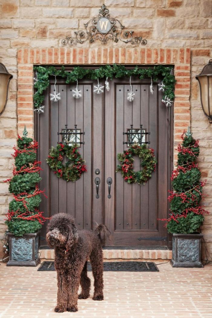 hermosa decoración en estilo rústico, decoración en verde y rojo, bonitas imágenes con ideas de puertas decoradas navideñas