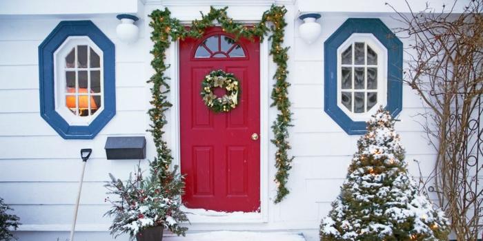 decoracion navideña clásica con corona verde con ornamentos en dorado, más de 90 ideas sobre como decorar la casa en Navidad