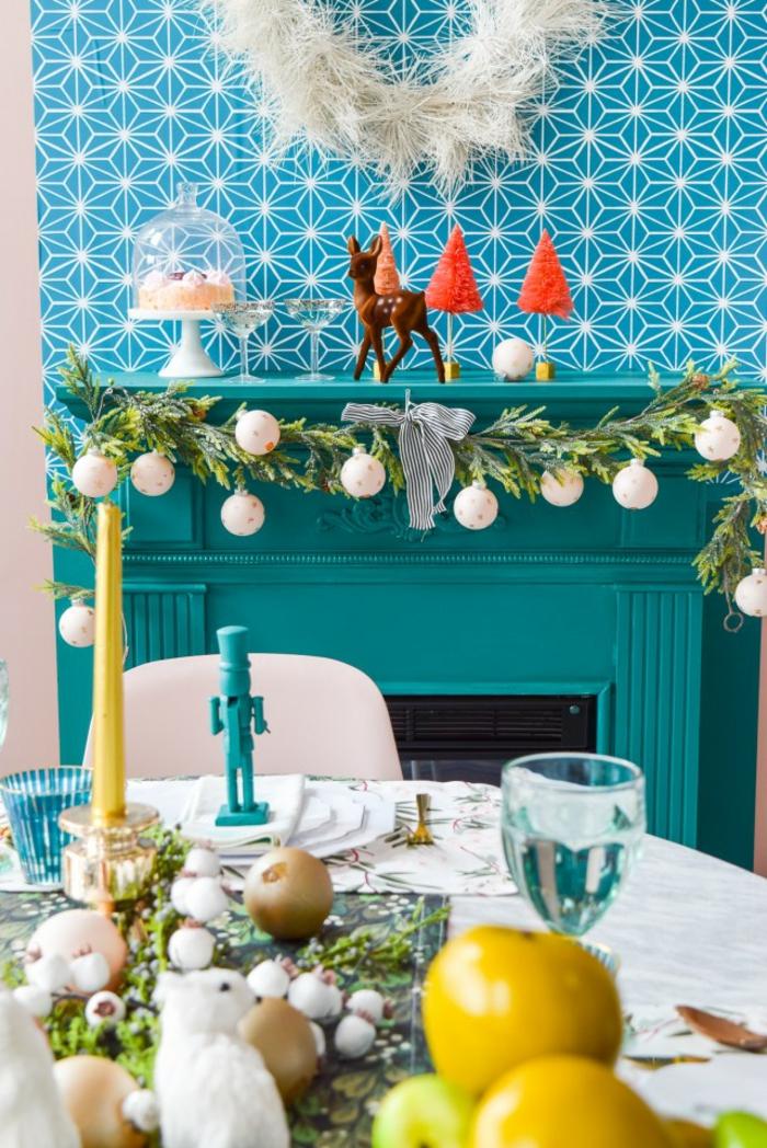 guirnaldas de navidad de ramsa de pino y bolas pintadas en blanco mate con estrellas dibujadas, salón comedor decorado para Navidad