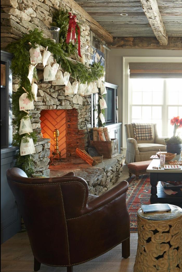 decoración casera, chimenea de leña decorada con grande guirnalda festiva, decoracion DIY original, salón decorado en estilo rústico