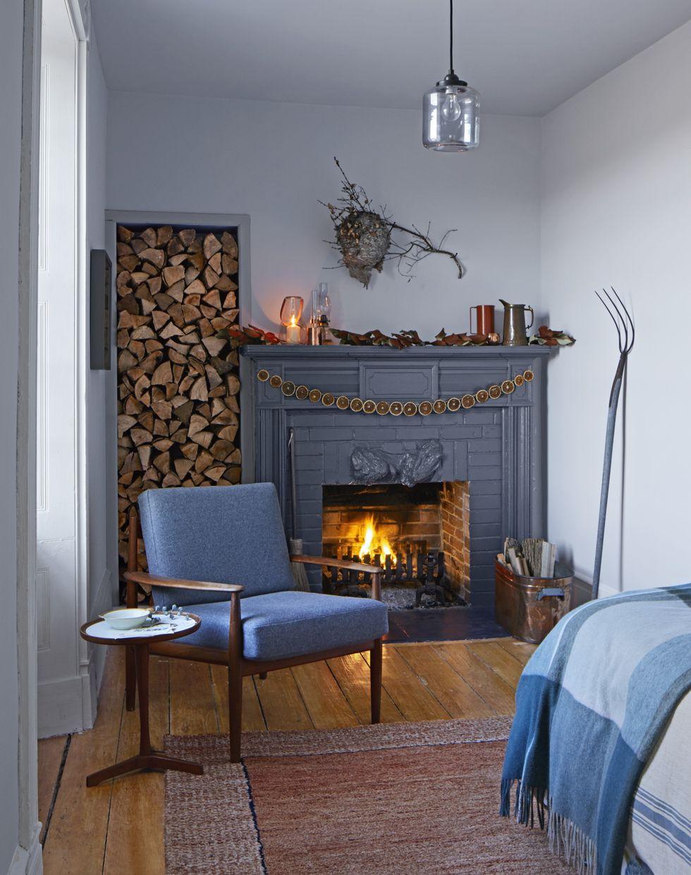 decoración salón en estilo rústico, guirnalda de frutas secas colgada en la chimenea de leña, excelentes ideas de guirnaldas navideñas