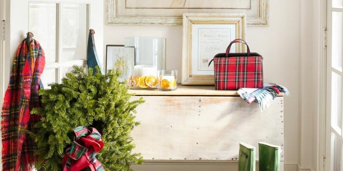 grande corona de ramas de pino frescas y detalles decorativos, ideas de alternativas al arbol navideño en fotos