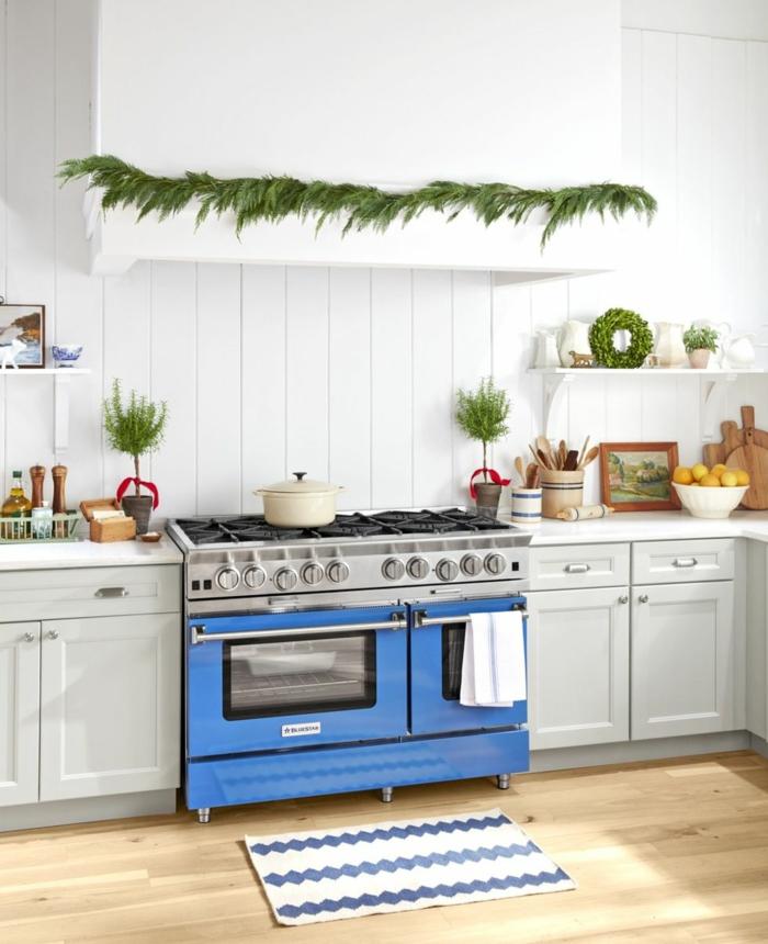 decoración en estilo minimalista para la pared, decoración con guirnaldas verdes, ideas para decorar la casa en navidad