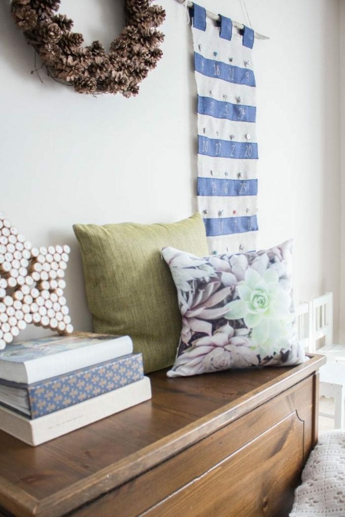 ideas originales de calendarios de adviento DIY para decorar la casa, salón decorado en estilo rústico con corona de piñas