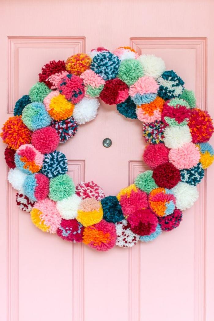 como hacer una guirnalda de pompones hecha a mano, manualidades navideñas faciles de hacer en casa, guirnalda DIY