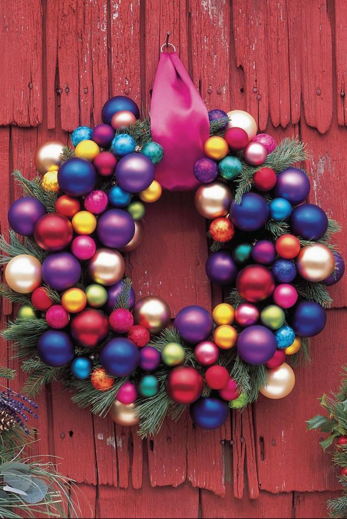 manualidades navideñas faciles, guirnaldas coloridas para decorar la casa en Navidad, guirnalda con bolas en diferentes colores