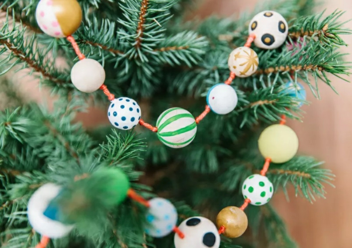 guirnaldas decorativas para decorar el árbol, ideas para decorar la casa en navidad, guirnaldas con cuentas coloridas