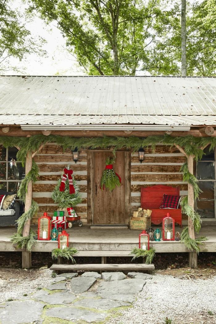 las mejores ideas sobre como decorar tu entrada en navidad, porche decorado en estilo rústico, tendencias en la decoración navideña