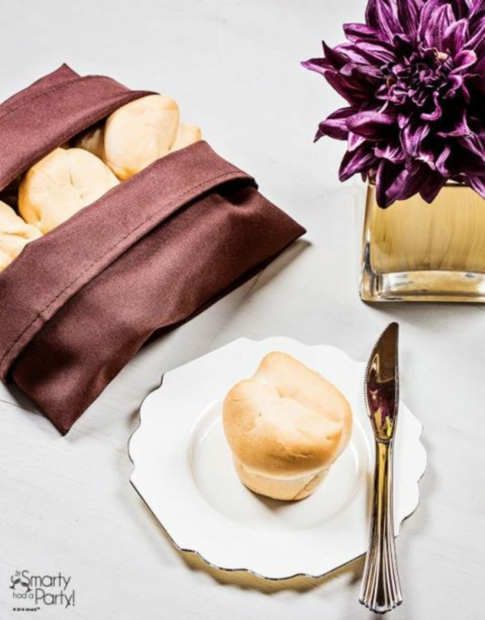 servilletas color berenjena dobladas para cubrir el pan, ideas sobre como doblar servilletas de papel para navidad