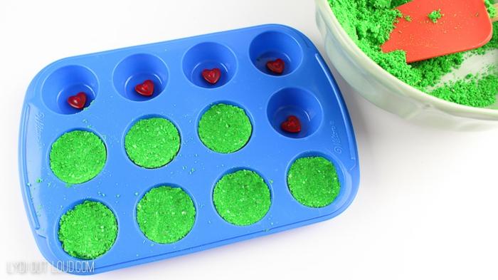 excelentes ideas para regalar en navidad, pequeños adornos para regalar, bombas de baño en color verde con una pequeña sorpresa dentro