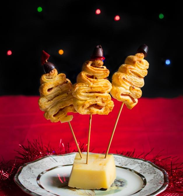 pinchos de masa hojaldre con jamón, aceitunas y queso, recetas de navidad aperitivos fáciles y rápidas, fotos de platos