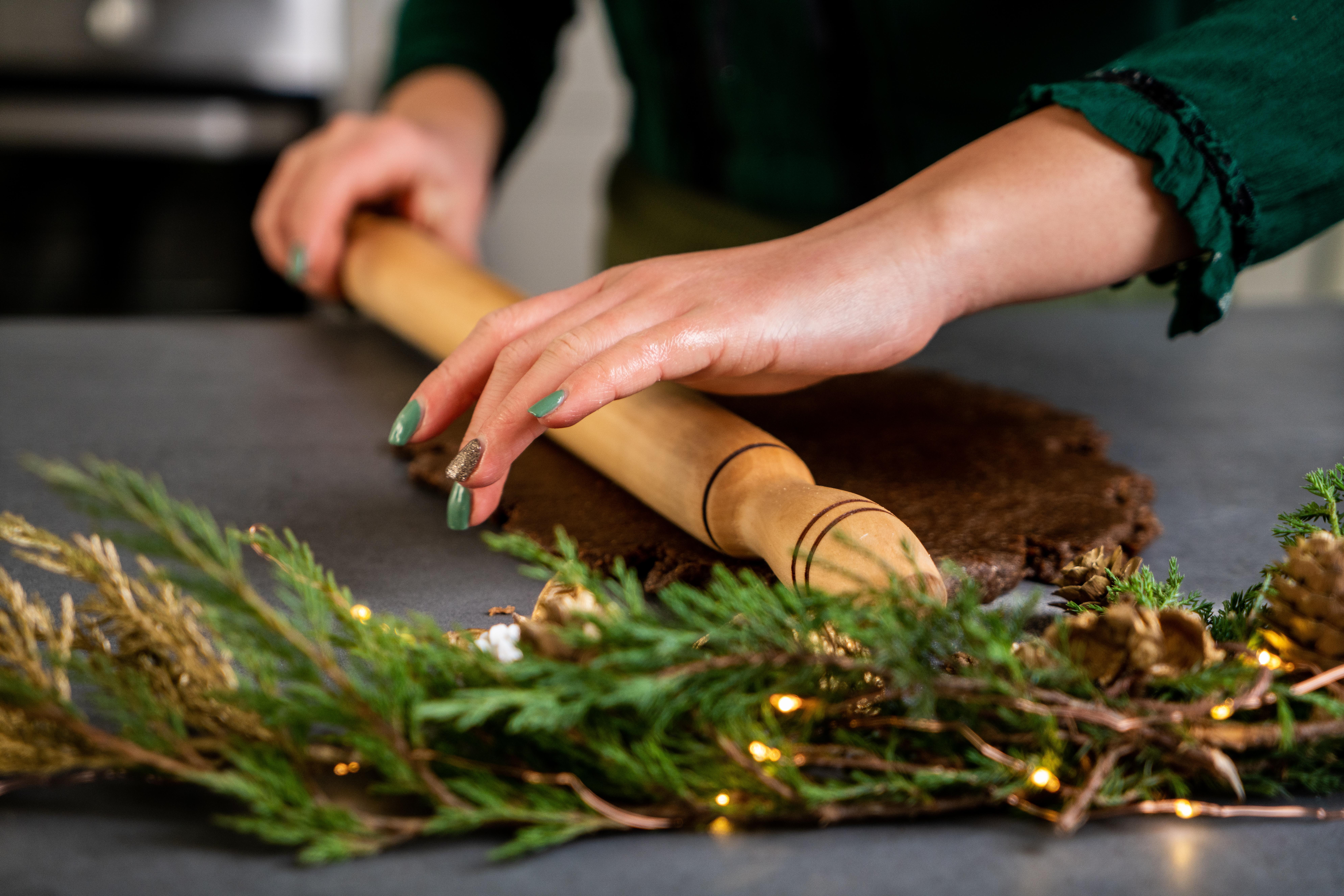 masa de galletas con jengibre, estirar masa para hacer cookies navideños ricos y saludables, recetas de dulces de navidad típicos