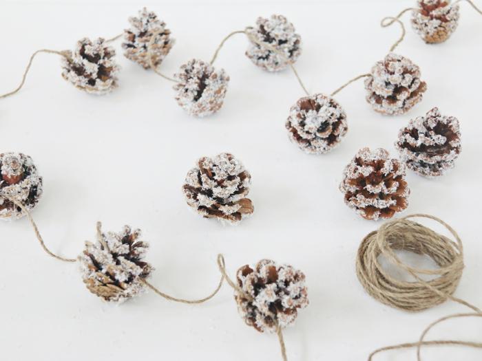 como hacer una guirnalda navideña de piñas decoradas con nieve artificial, guirnaldas de navidad, tutoriales de manualidades
