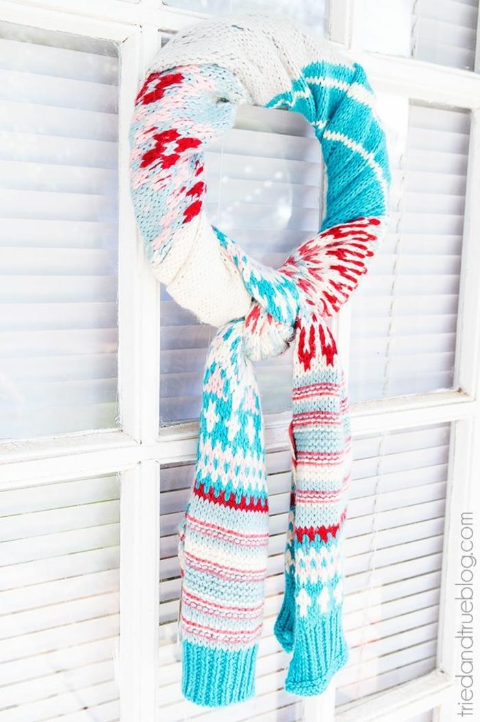 manualidades navideñas faciles con materiales reciclados, como hacer una decoración para Navidad con una bufanda