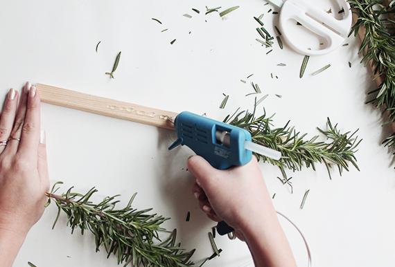 fotos de arboles de navidad inusuales y tutoriales para hacer uno, pasos para hacer un árbol DIY, manualidades para hacer en casa