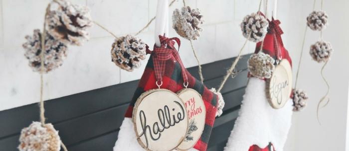 las mejores ideas de decoración casera para navidad, chimenea de leña adornada con guirnalda de piñas efecto nevado