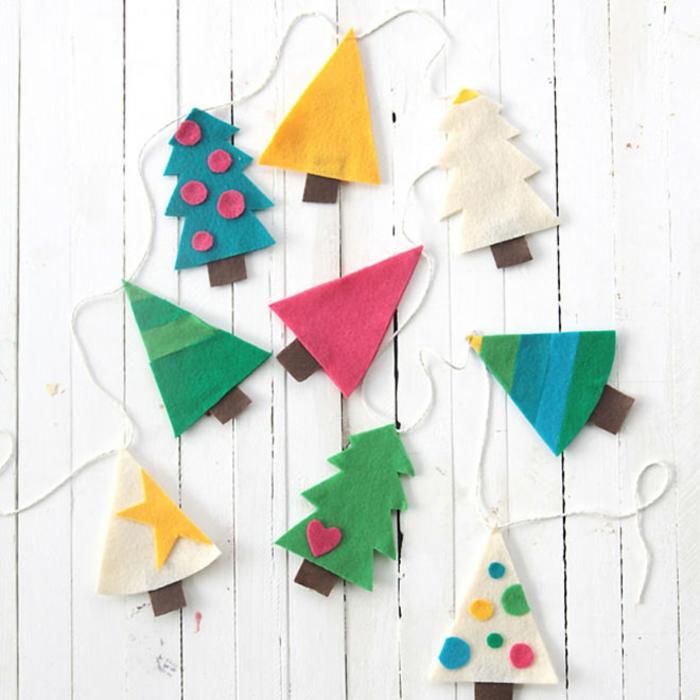como hacer guirnaldas de navidad caseras, manualidades de fieltro para pequeños y adultos, guirnalda de árboles de fieltro