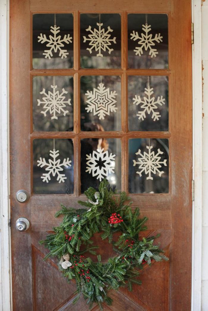 manualidades navideñas faciles y originales, copos de nieve para colgar en la ventana o en la puerta, ideas de manualidades para decorar la casa
