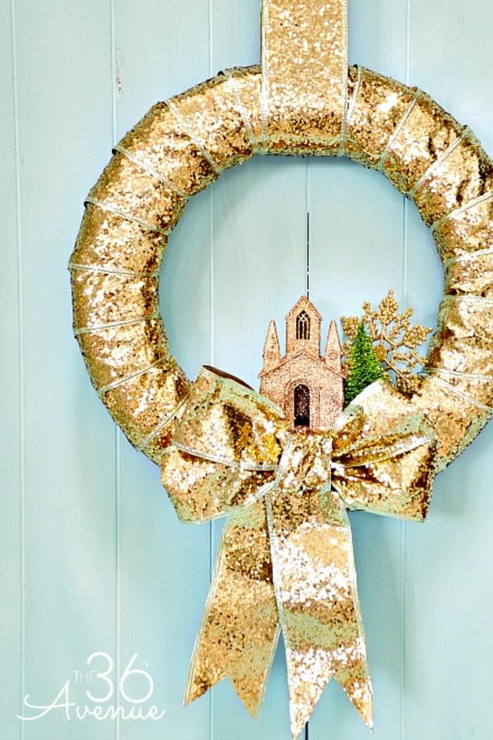 preciosa corona para decorar la casa en casa, guirnalda navideña en dorado brillante, ideas para decorar la casa