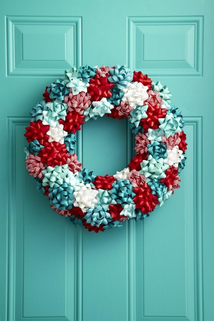ejemplos de decoracion navideña 2019 tendencias originales, como hacer una corona colorida de pequeños moños