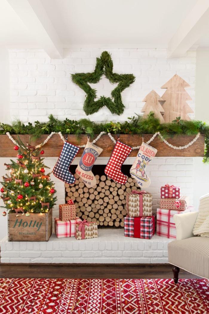 como hacer guirnaldas de navidad, preciosa decoración, chimenea de leña decorada para navidad, corona en forma de estrella