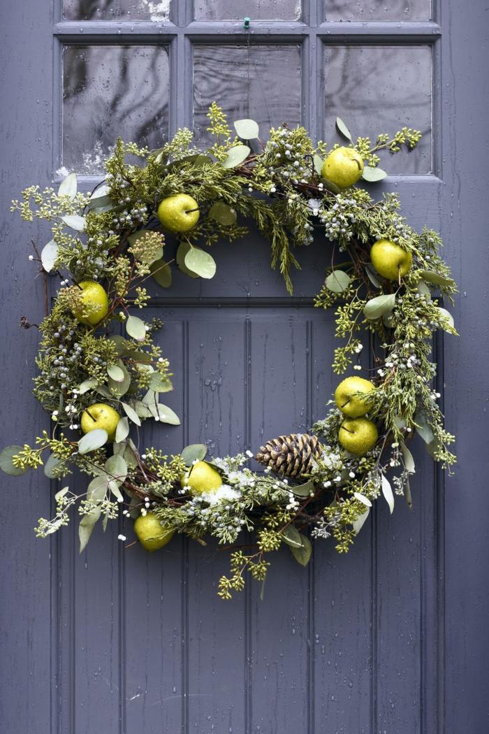 decoración de Navidad en estilo rústico, guirnalda verde con pequeñas manzanas, decoracion navideña 2019 tendencias