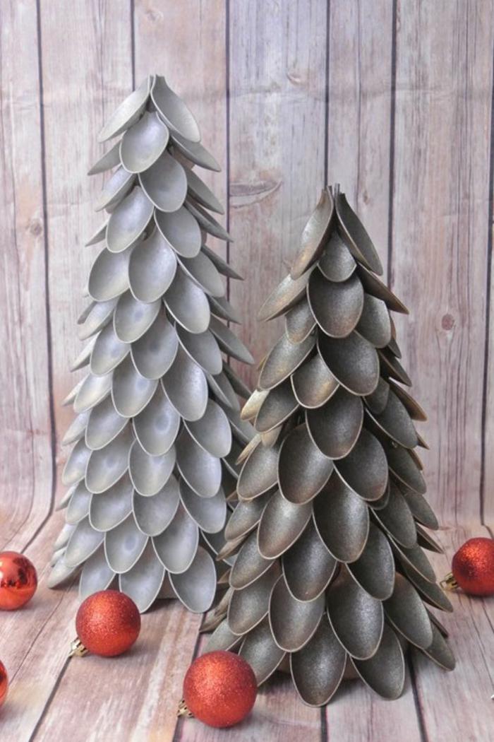 arboles de navidad originales caseros, árboles de navidad de reciclaje, dos árboles de cucharas de plástico para decorar el hogar