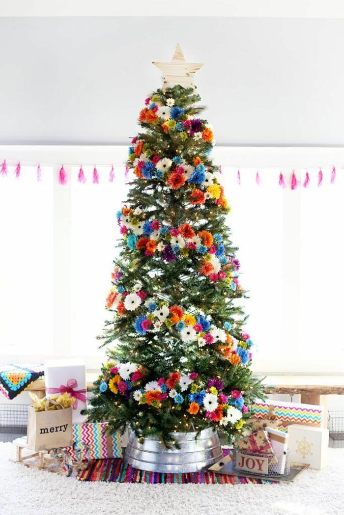 decoración árbol navideño con guirnalda de flores exóticas en colores vibrantes, decoración exotica para navidad en fotos