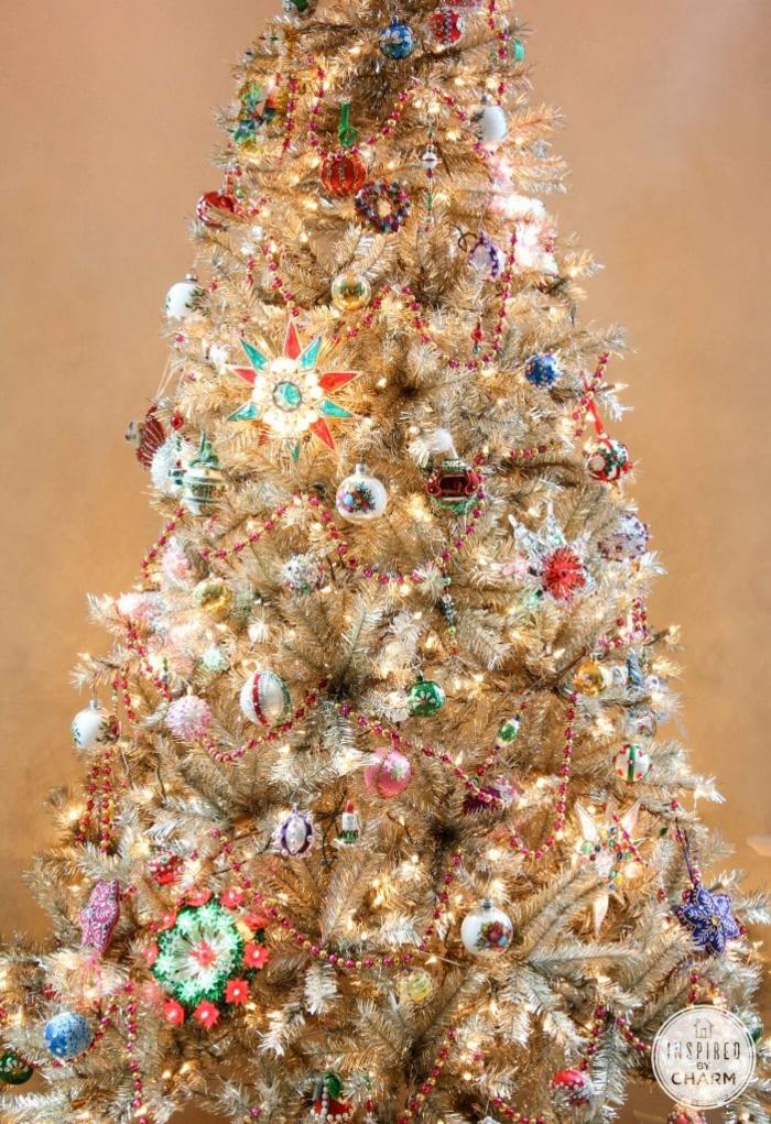 últimas tendencias en la decoración navideña, como decorar un árbol de navidad artificial con adornos en estilo vintage