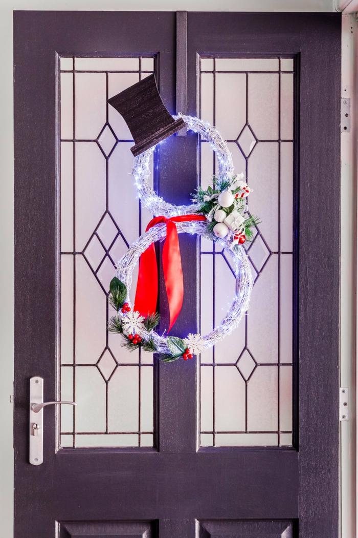 las mejores ideas sobre como decorar la puerta en septiembre, dos coronas relucientes y pequeños adornos navideños