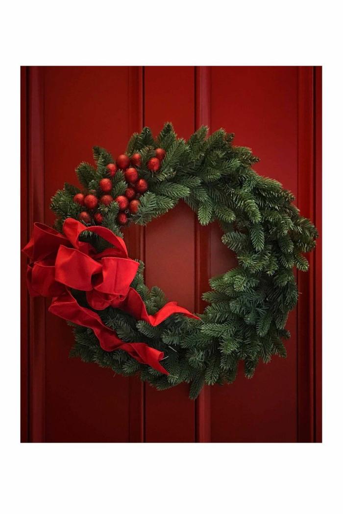 adornos navideños originales y fáciles de hacer, detalles para decorar la casa en Navidad, guirnalda casera con detalles rojos