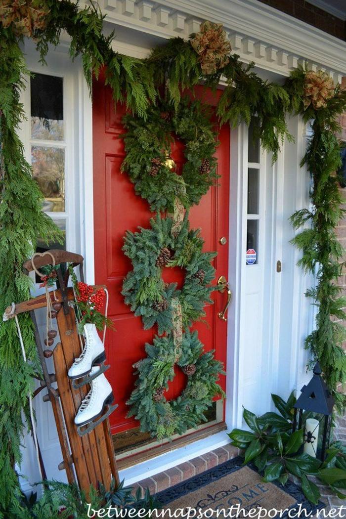 decoracion navideña 2019 tendencias, coronas navideñas verdes para decorar una puerta roja, ideas para decorar el porche