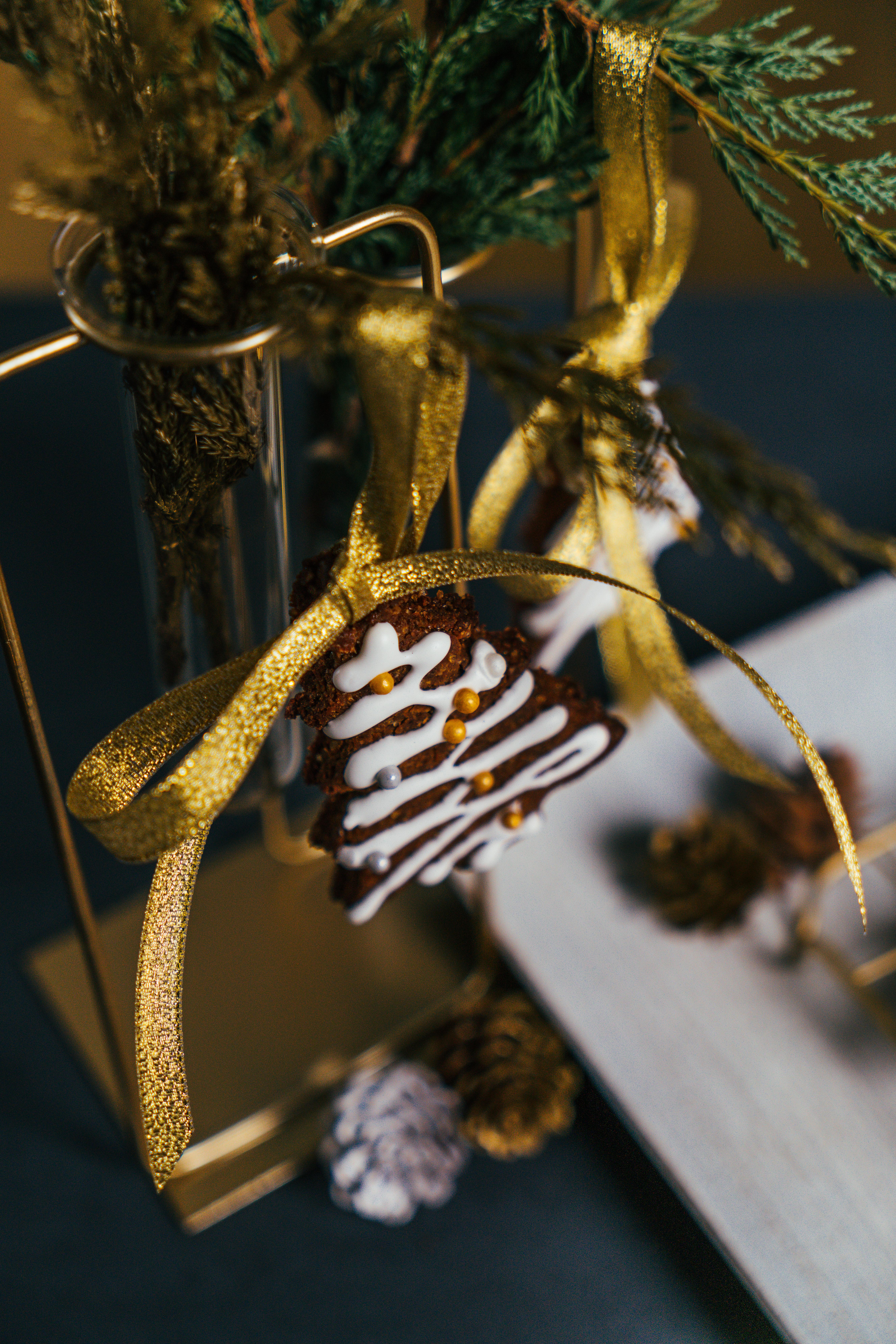 precioso adorno con cinta en dorado, galleta de jengibre decorada con glasé real casero, ornamentos navideños para decorar la casa