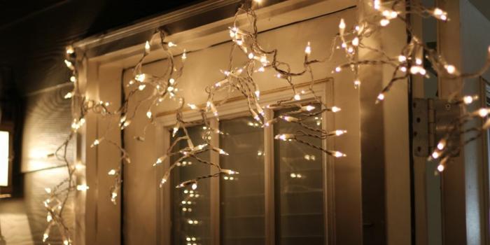 decoración sencilla con bombillas, detalles para decorar la casa, adornos navideños originales para tu hogar, puerta blanca decorada con bombillas led