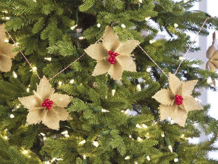 manualidades de navidad faciles para decorar el árbol, adornos de tela en forma de flores con acebo para decorar la casa