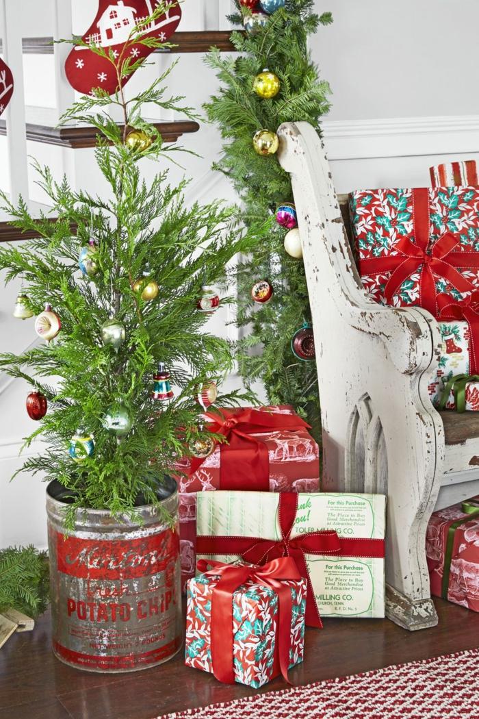 ideas alernativas al arbol de navidad, pequeño pino en maceta decorado con adorno navideños bonitos, fotos de decoración para Navidad