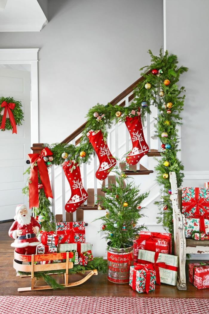 escaleras decoradas con guirnaldas verdes con bolas coloridas, manualidades de navidad faciles y originales en fotos
