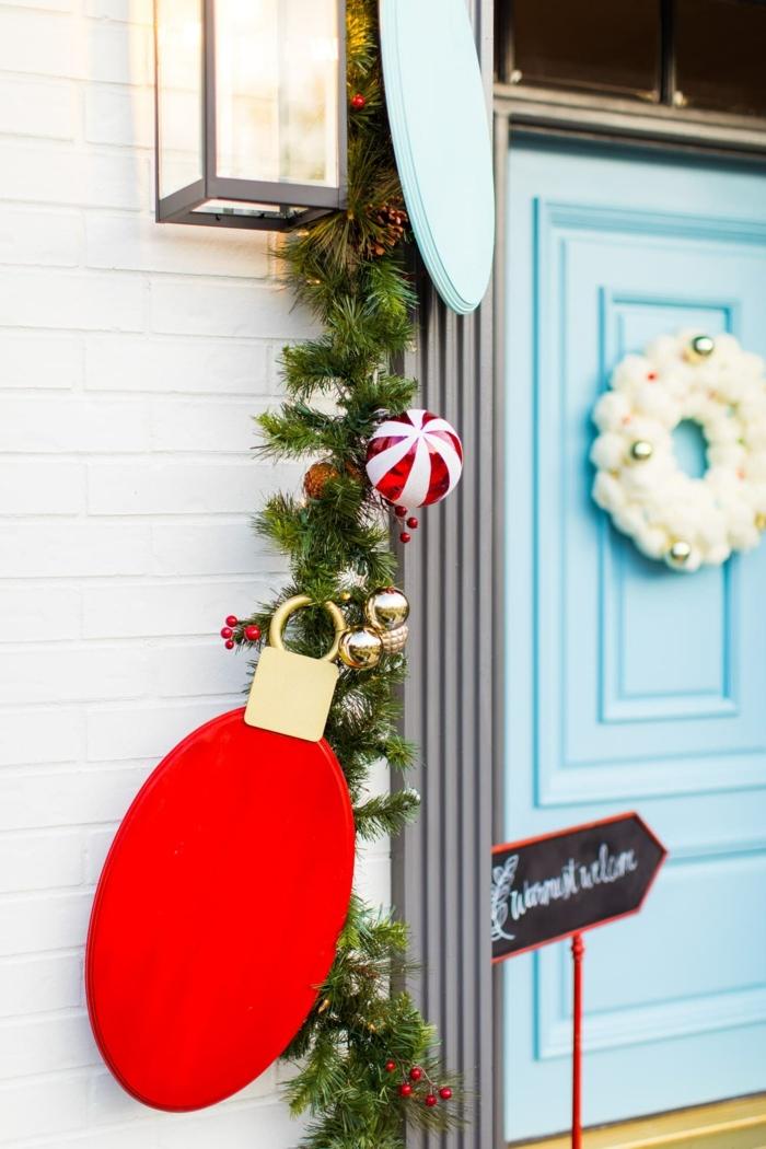 puertas decoradas de navidad en bonitos colores, detalles de madera pintados en colores vibrantes, decoracion navideña