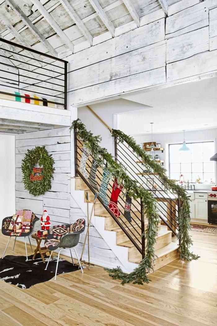 escaleras decoradas con guirnaldas verdes naturales, guirnalda de hojas de eucalipto, fenomenales ideas para decorar la casa