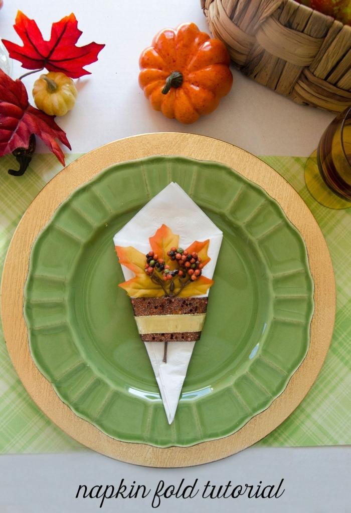 ejemplos de mesas decoradas para el otoño, como decorar la mesa para una cena de Acción de dar las gracias, como doblar servilletas de papel de forma original