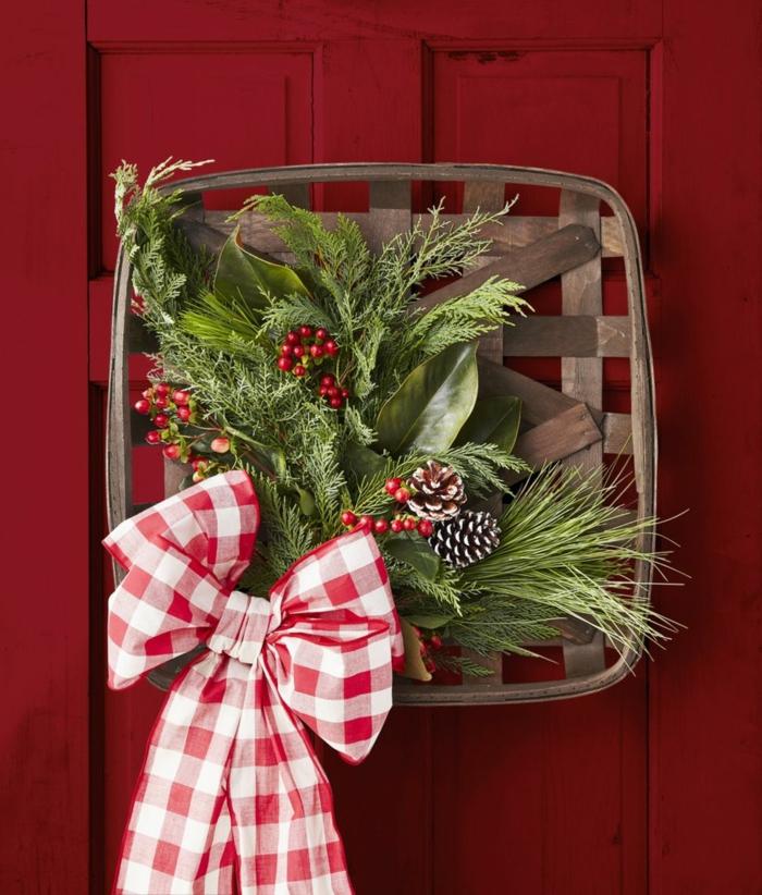 adornos navideños originales para colgar en la pared, detalles verdes con acebo y moño en blanco y rojo, puertas decoradas DIY